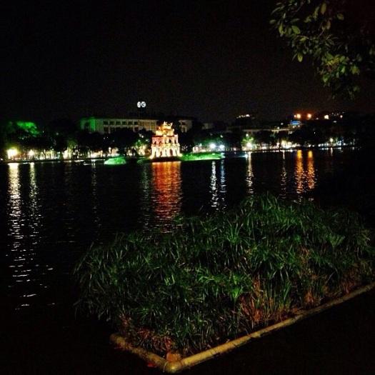 Hồ Gươm dưới ánh đèn đêm