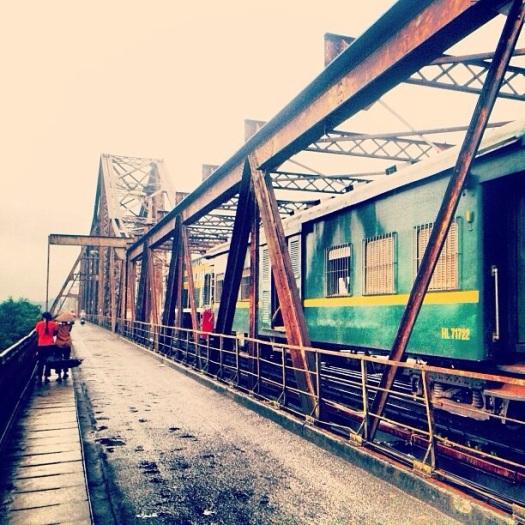 Đường ray tàu ngang qua cầu Long Biên